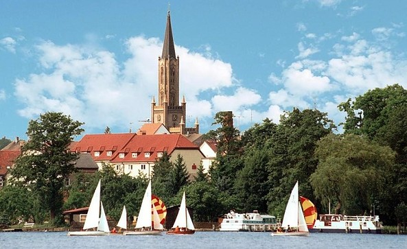 Stadtkirche Fürstenberg/Havel vom Baalensee aus gesehen (Foto: Stadt Fürstenberg/Havel)
