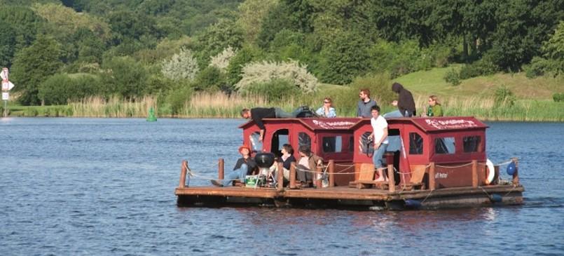 Mit dem Floß rund um die Insel Potsdam