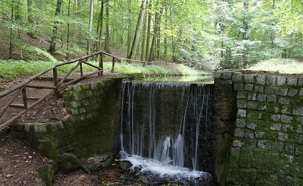 Wasserfall im Cöthener Park, Foto: Lothar Grewe