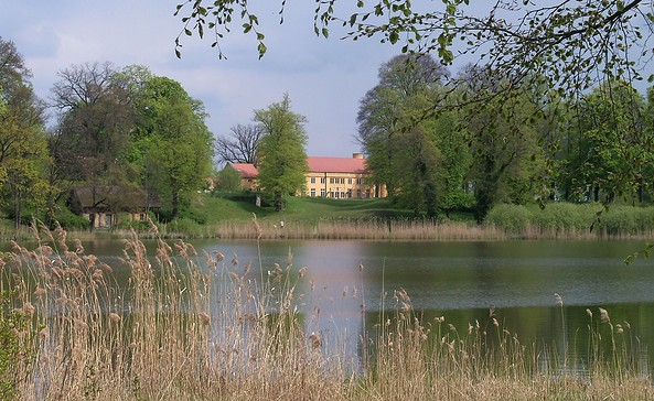 Gutspark Petzow - Blick über den Haussee zum Waschhaus und Schloss, Foto: Yvonne Schmiele