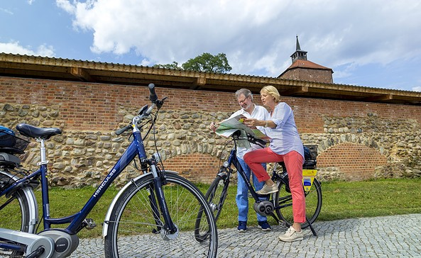 Radfahrer vor der Burg Beeskow, Foto: TMB Fotoarchiv/ Andreas Franke
