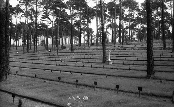 Auf dem Zentralfriedhof in Halbe September 1955: Übersicht über die Grabfeldanlagen, Foto: Peter Heinz Junge