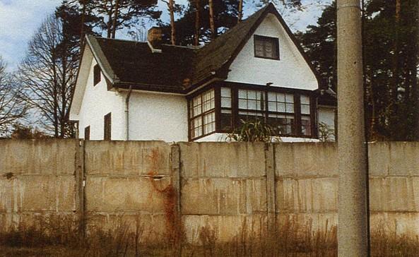 Mauer 1990 mit heute nicht mehr existierendem Haus, Foto: Ortschronik Groß Glienicke/Annelies Laude