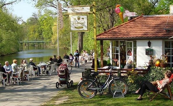 SpreeCafé an der Kahnanlegestelle Sandower Brücke, Foto: Frank Greschke