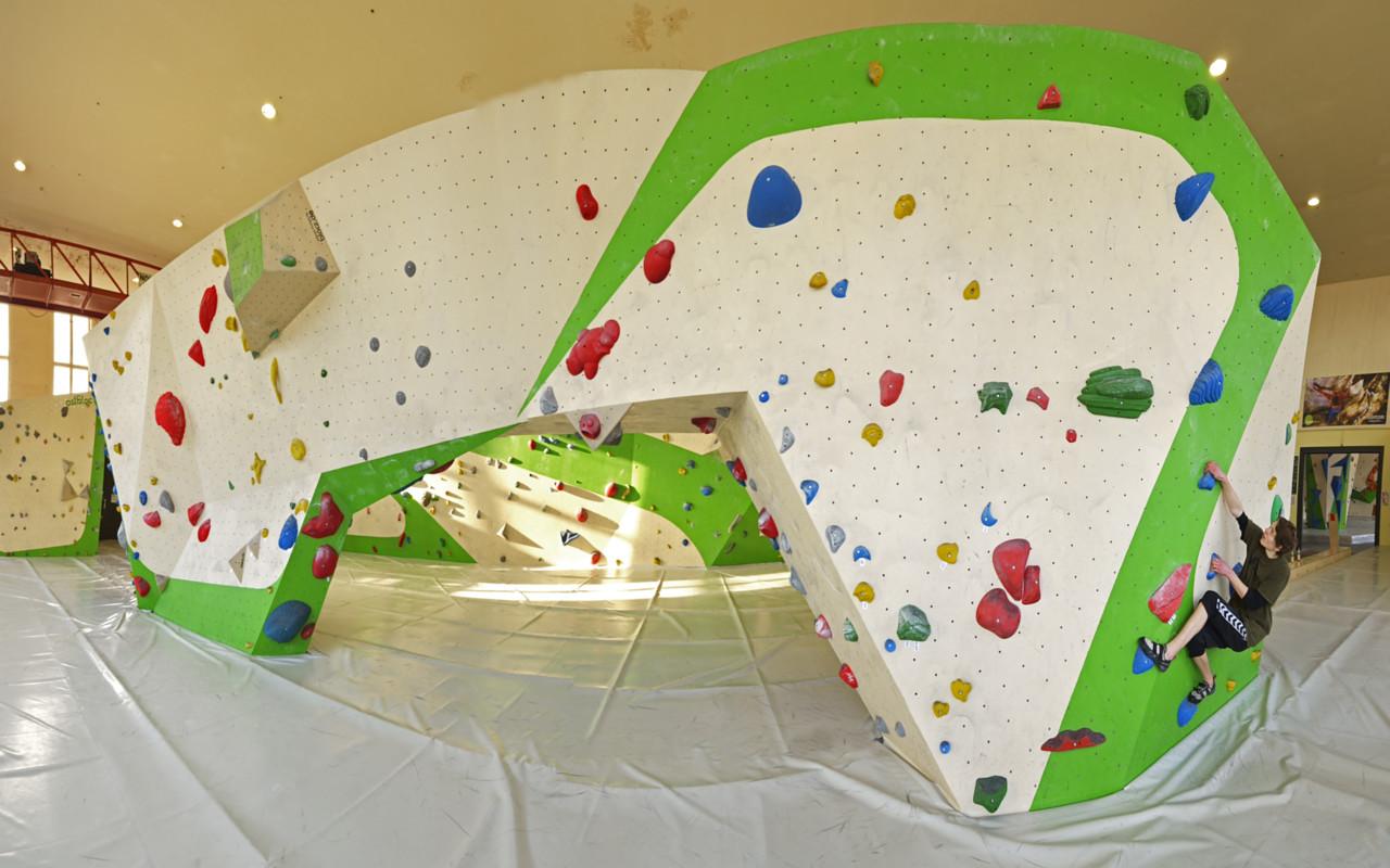 67dd1c3a641e0c Bouldern ist Klettern ohne Seil in geringer Höhe über dicken Matten.  Spielerisch und herausfordernd.