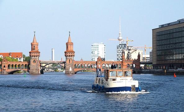 Komoran 1280 vor der Oberbaumbrücke in Berlin, Foto: KUHNLE-TOURS GmbH