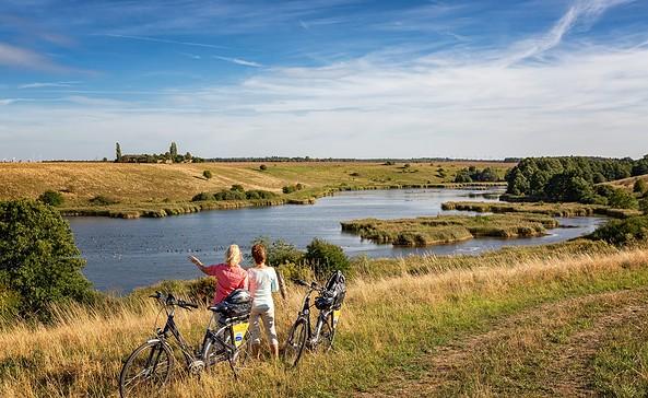 Oderbruchbahn-Radweg mit Blick auf die Lietzener Teiche, Foto:Seenland Oder-Spree e.V./Florian Läufer