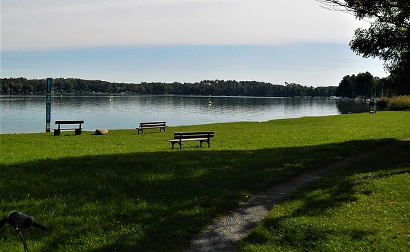 Gedenkstele, Ligewiese und Sitzbänke mit dem Blick auf den Schwielochsee, Foto: TEG