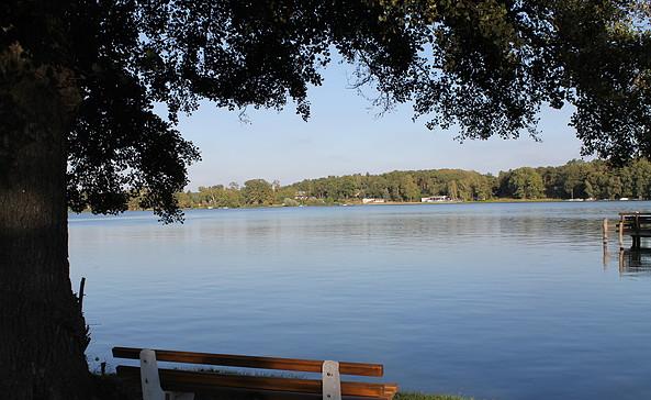 Sitzbänke mit Blick auf den See, Foto: TEG