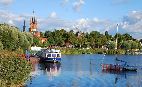 Werder (Havel) - Stadtansicht mit Havel und Boot, Foto: Tourismusverband Havelland e.V.