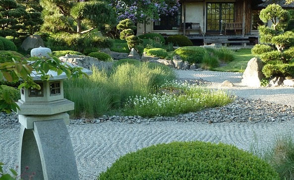 ROJI Japanische Gärten - Der Trockenlandschaftsgarten ist das Herzstück der ganzen Anlage - viele geschnittenen Büsche, gestaltete Kiefern, Felsen und geharkter Kies, Foto: Gesine Jochems