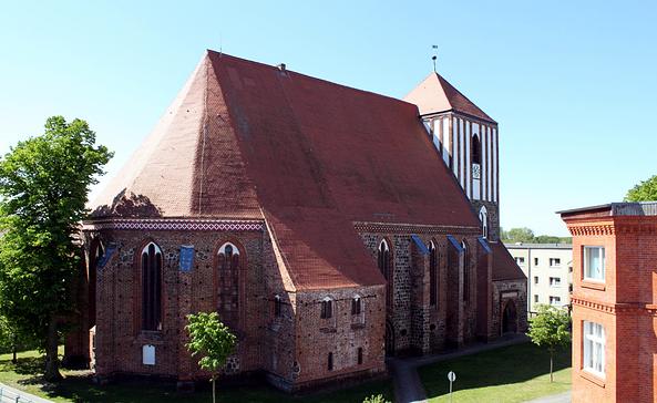 Die weithin sichtbare Stadtkirche St. Peter und Paul in Wusterhausen/Dosse, Foto: Elke Schmiele