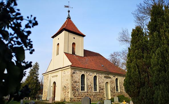 Dorfkirche in Langerwisch mit Friedhof, Foto: Tourismusverband Fläming e.V.