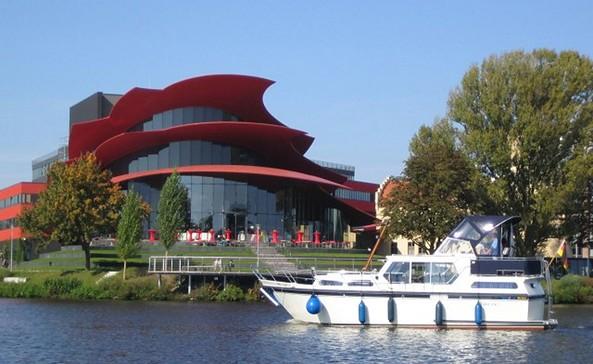 Über Potsdamer und Brandenburger Havelseen, vor dem Hans Otto Theater Potsdam, Foto: TMB-Fotoarchiv/Onnen