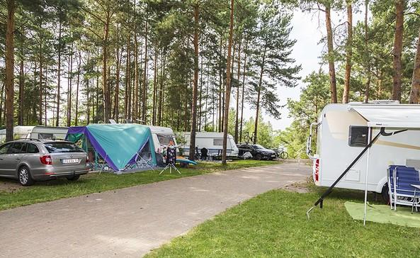 Wohnmobilstellplätze in der Anlage des Familienparks Senftenberger See, Foto: Zweckverband Lausitzer Seenland Brandenburg, Harry Müller