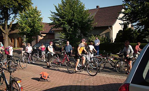"""Radfahrer vor dem Verleih und Restaurant """"Zum Grafen Bülow"""", Foto: Zum Grafen Bülow"""