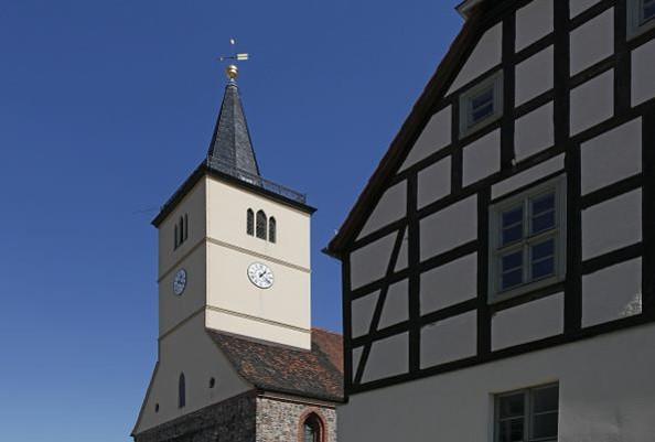 Blick auf die Kirche mit Fachwerkhaus, Fotorechte: Henry Mundt
