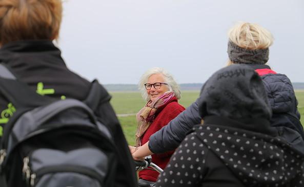 Natur- und Landschaftsführerin Gertrud Rohloff-Hecker bei einer Radtour entlang der Lenzerwische, Foto: Archiv Touirsmusverband Prignitz e.V.