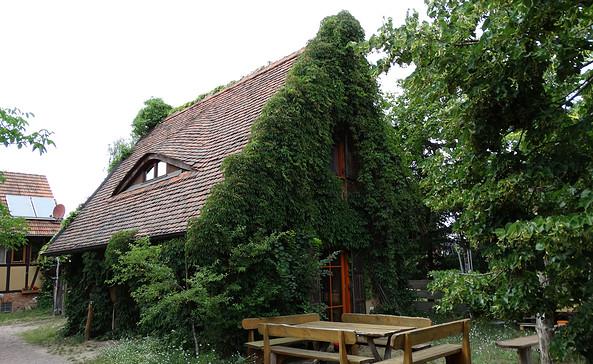 Das Lehm-Ferienhaus in Schönhagen mit Sitzecke draußen. Foto: Gabriele Sußdorf