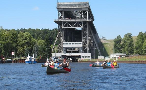 Kanutour vor dem historischen Schiffshebewerk Niederfinow, Foto: Karsten Förster