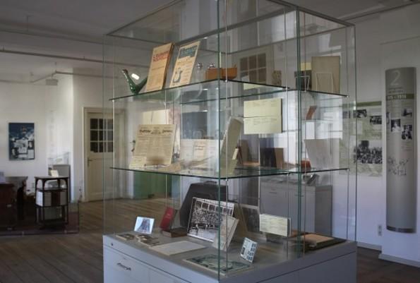 Eine Vitrine im Ausstellungsraum vom Literaturmuseum