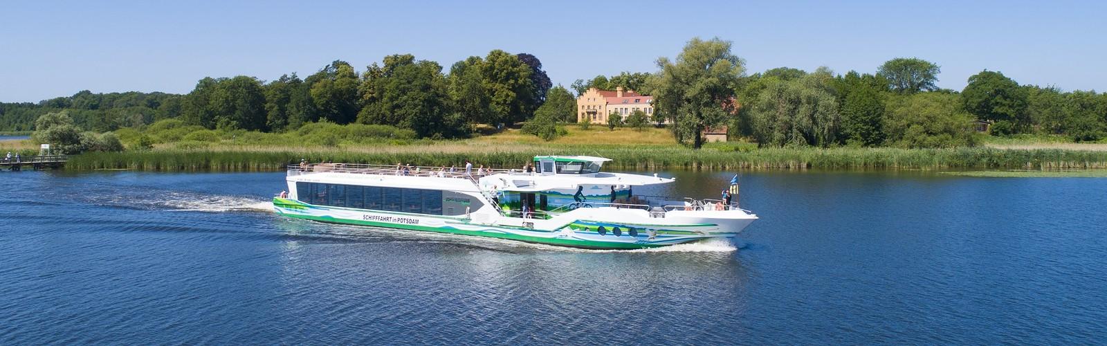 MS Schwielowsee vor Schloss Petzow (c) Weiße Flotte GmbH