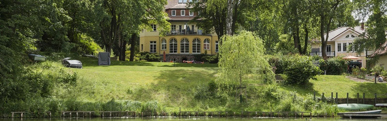 Ansicht vom Wasser aus Landhaus Himmelpfort, Foto: TMB-Fotoarchiv/Steffen Lehmann