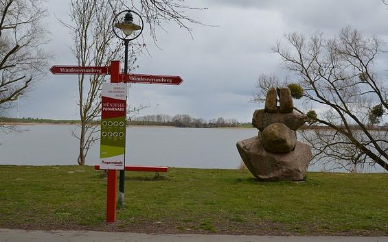 Die Mündeseepromenade: Eine Burg und Skulpturen