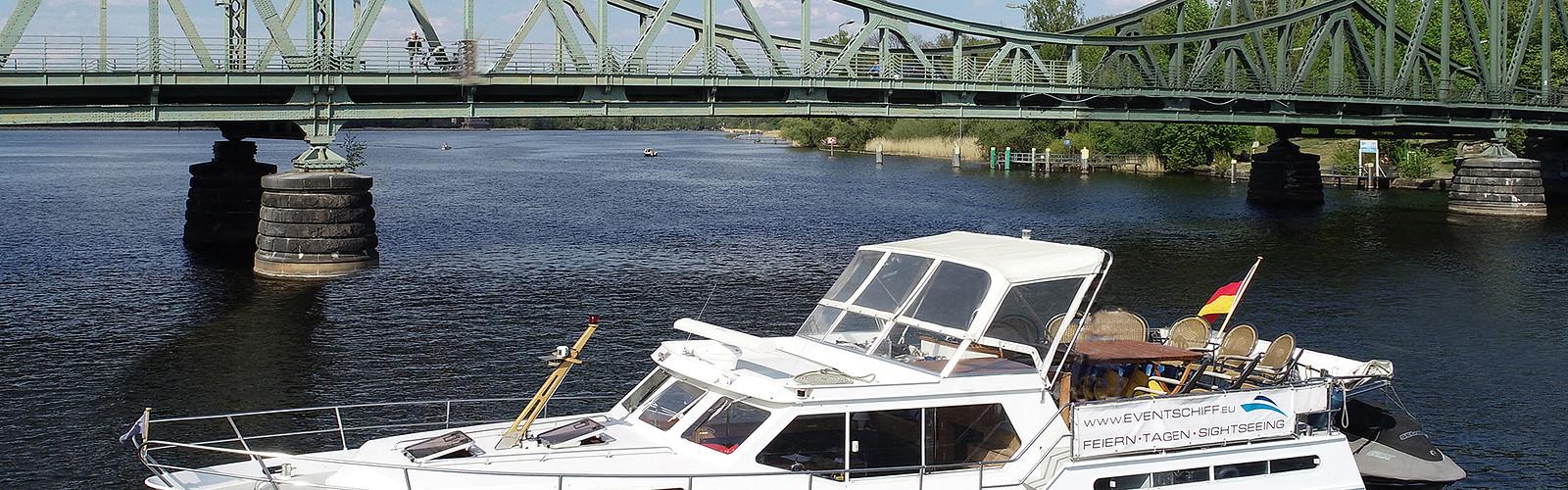 Glienicker Brücke (c) AHOI Yachting Winkler 2019, Foto: Günther Winkler, Lizenz: Günther Winkler