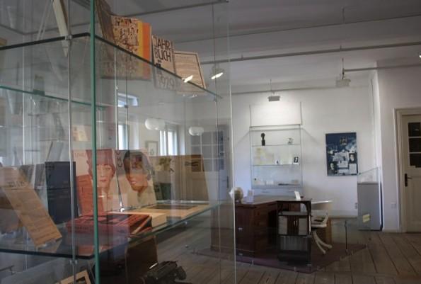 Ein Schreibtisch mit Vitrine zu sehen im Kurt Tucholsky Literaturmuseum