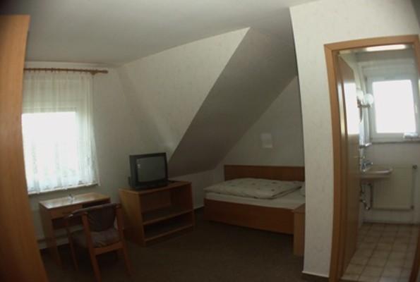 Zimmer- und Badansicht