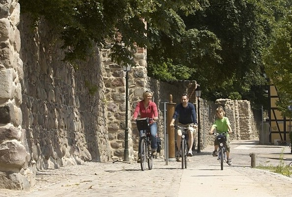 Radler an der Stadtmauer in Bernau, Foto: WITO Barnim (Jürgen Rocholl)