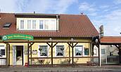 """Restaurant """"Zum Goldenen Hahn"""" - Vorderseite mit kleiner Terrasse"""