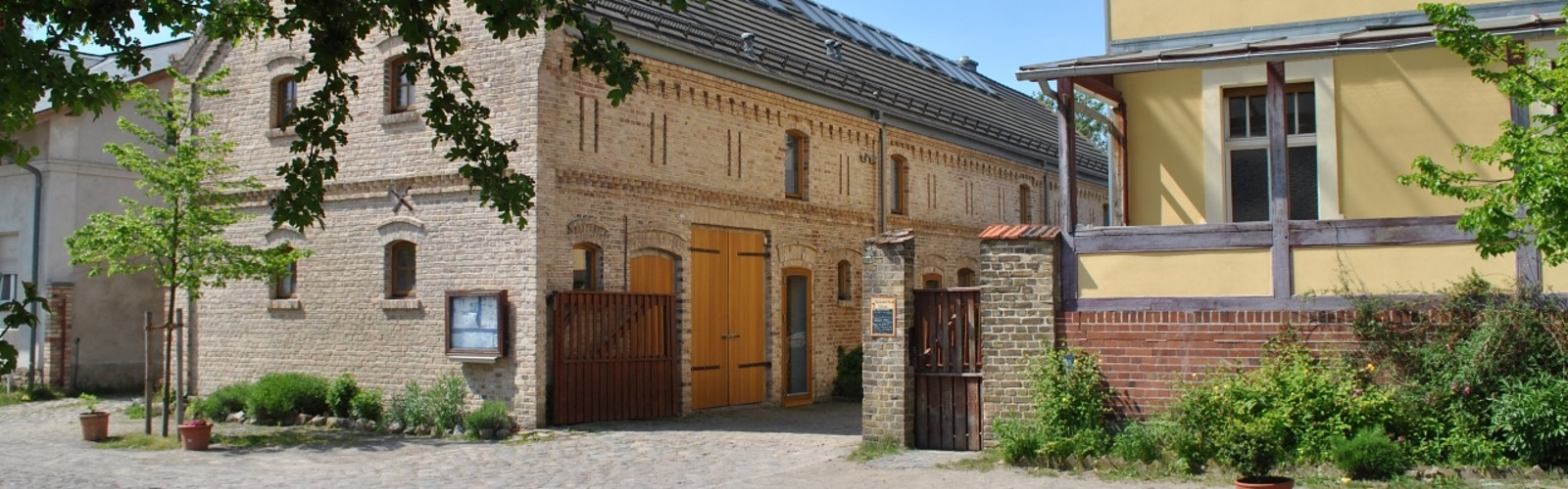 Straßenansicht des Storchenhofes, Foto: Storchenhof Paretz
