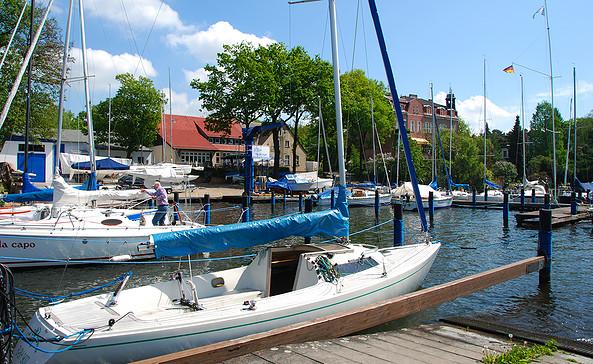 Yachtclub Berlin-Grünau e.V. - Hafenanlage mit Vereinshaus © Christin Drühl