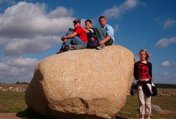 Kinder auf einem Stein © Thomsdorf