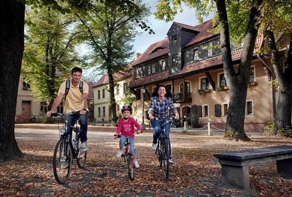 Radler vor der Jugendherberge in Cottbus, Foto: Thomas Kläber