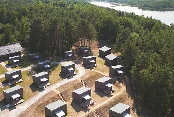 Campinghütten mit Seeblick im Hafencamp Senftenberger See, Foto: ZV LSB