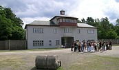 Gedenkstätte und Museum Sachsenhausen: Turm A, ehemaliger Sitz der SS-Lagerverwaltung und Eingang in das Häftlingslager, 2009, Foto: Stiftung Brandenburgische Gedenkstätten