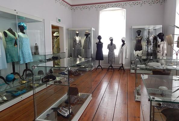 Ausstellungsraum mit Mode der 60er Jahre, Foto: Modemuseum Schloss Meyenburg