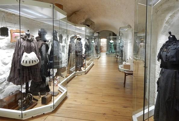 Ausstellungsraum mit Kleidung um 1900, Foto: Modemuseum Schloss Meyenburg