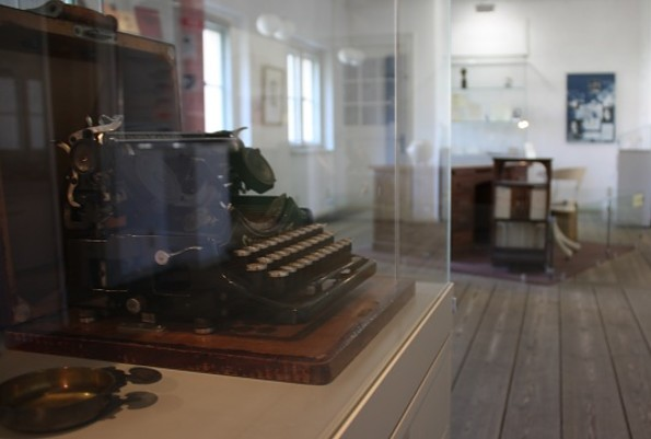 Eine Schreibmaschine im Ausstellungsraum
