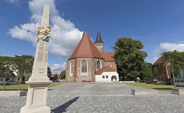 Postsäule und Kirche St. Sebastian in Baruth/Mark, Foto: TMB-Fotoarchiv/Steffen Lehmann