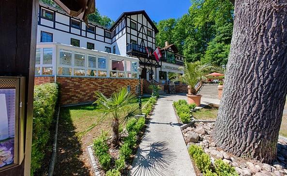 """Weg zum Seeschloss, Foto: Hotel-Restaurant """"Seeschloss"""""""