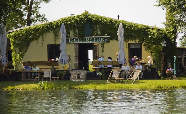 Blick vom See auf die Fischerstube, Foto: Fischerstube Stolzenhagen