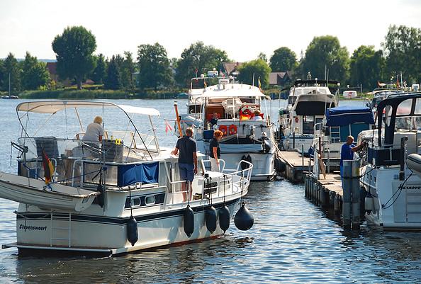 Yachthafen Scheunhornweg - bequemes Anlegen am Kopfsteg - © Christin Drühl