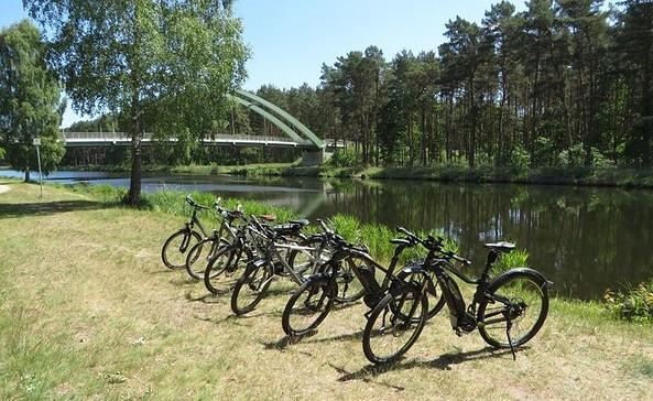Pedelecs am Kanal, Foto: Erlebnis-RAD Oranienburg