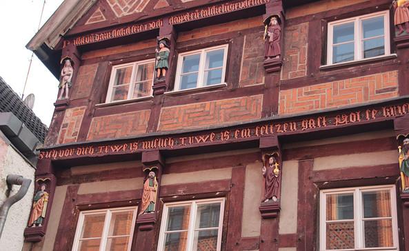 "Das Haus Nr. 4 am Großen Markt, verziert mit 13 ""Knagge""-Figuren, Foto: terra press Berlin"