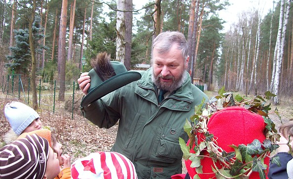 Förster Klaus mit Kindergruppe Foto: Klaus Bruckner