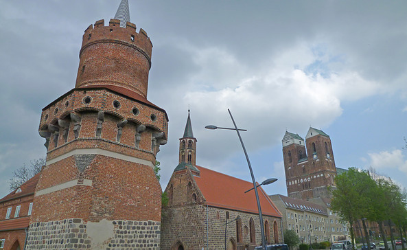Der Mitteltorturm, dahinter die Heiliggeistkapelle in Prenzlau, Foto: terra press Berlin